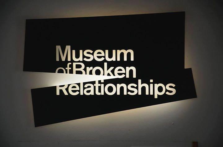 Знаете ли, че в Загреб има музей, където могат да бъдат намерени лични предмети с кратко описание. Както вероятно се сещате от снимката - те са оставяни от хора, чиято връзка е прекъснала. Снимка - Боян Симеонов