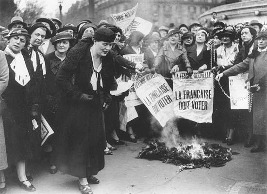 """Луис Вайс, заедно с други парижки суфражетки през 1935, носещи плакати с надпис """"Френските жени трябва да гласуват""""."""