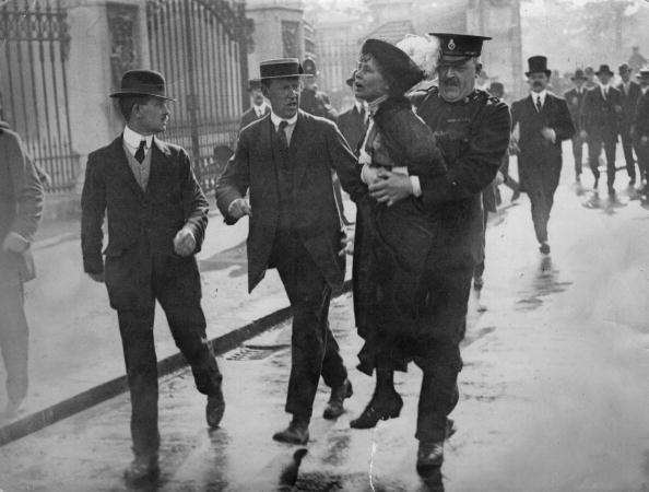 Емелин Панхърст, водач на движението на суфражизма в Англия, е арестувана на демонстрация  пред Бъкингамския дворец в Лондон, 1914 г, фотограф: Джими Сайм