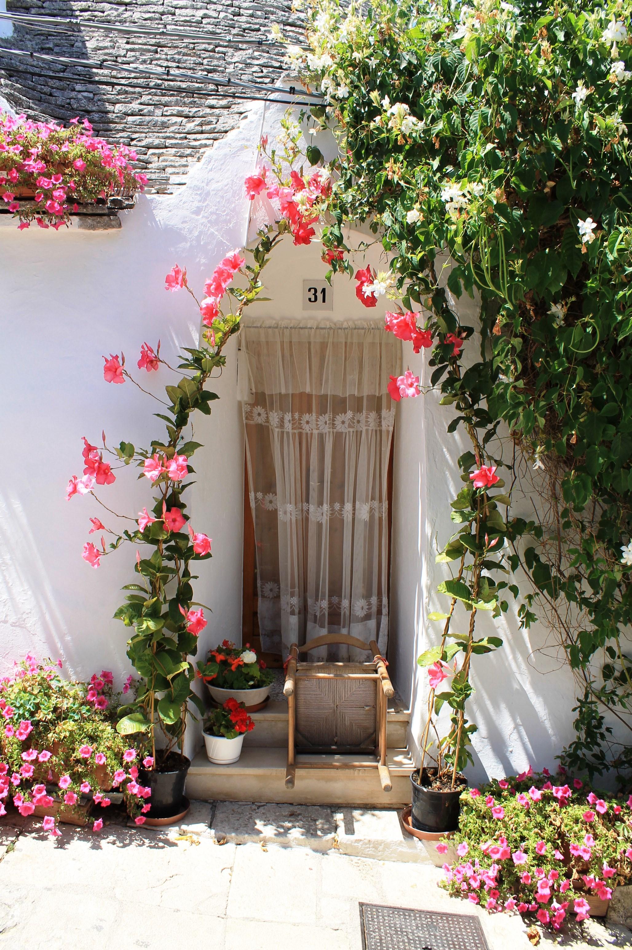Входът на една от трулите - вълшебно спокойствие и красота.