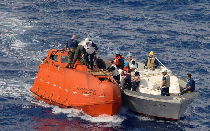orange-lifeboat-captain-phillips-hostage-ftr