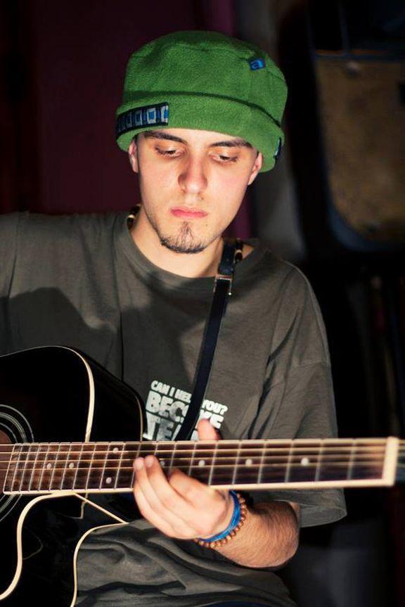 Никола, китара и любов от вселената