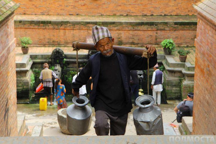 Непалец носи вода за дома си.
