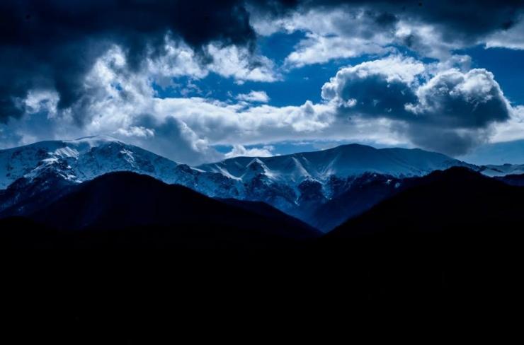 Гледка от сърцето на Стара Планина, която спира дъха. В такива моменти изпитваш онова неописуемо чувство, което те кара да се чувстваш малък... по онзи страхотен начин. Снимката е правена край китното градче Априлци. А кое е вашето любимо място в Балкана? Фото - Димитър Панайотов