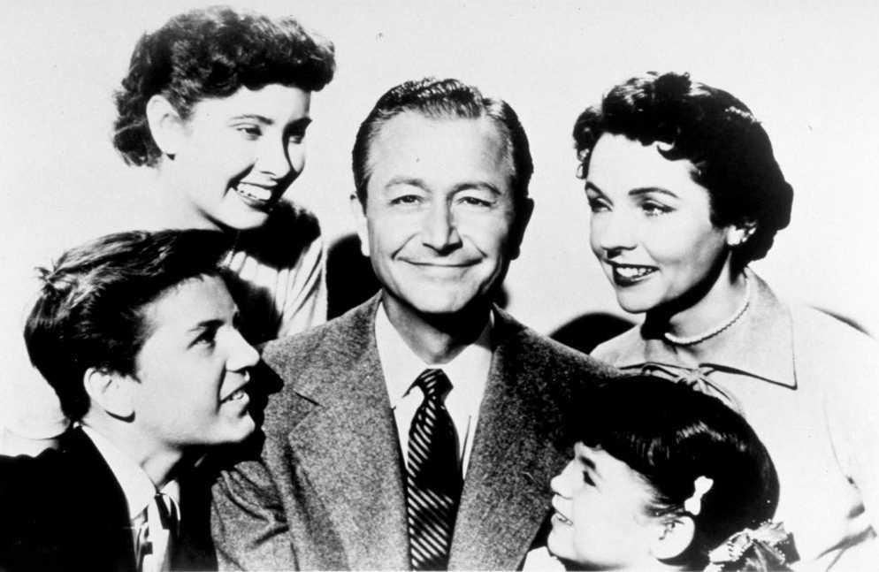 """Робърт Йънг, перфектният татко от """"Father knows best"""", заобиколен от телевизионното си семейство през 50-те."""